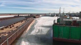 Winterstellung von logistischen Schiffen, Luftschmierfilmbildung stock video footage