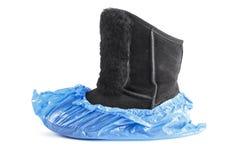 Winterstiefel in den blauen Schuhabdeckungen stockfotos