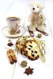 Winterstimmung: ein Tasse Kaffee, Kekse und ein Teddybär betreffen Skis Stockfoto