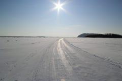 Winterstraße durch den gefrorenen Fluss Lizenzfreie Stockfotos
