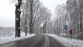 Winterstraße durch den Wald stock video footage