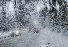 Winterstraße durch schneebedecktes Autoglas, Schneefälle lizenzfreie stockfotografie