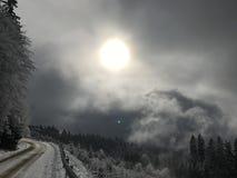 Winterstraße in einem Berg Lizenzfreie Stockbilder