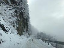 Winterstraße in einem Berg Stockbild