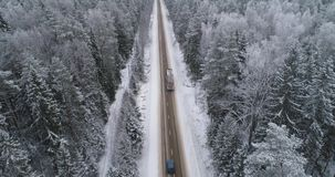Winterstraße im Wald stock footage