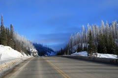 Winterstraße in kanadischen Rockies Lizenzfreies Stockfoto