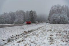 Winterstraße mit schlechter Sicht in Schweden stockfotos