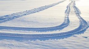 Winterstraße mit Schnee Stockbild