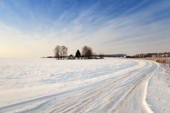 Winterstraße mit Schnee Stockfoto