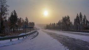 Winterstraße in Sibirien bei Sonnenaufgang Tulun-Dorf stockfoto