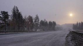 Winterstraße in Sibirien bei Sonnenaufgang Tulun-Dorf lizenzfreie stockbilder