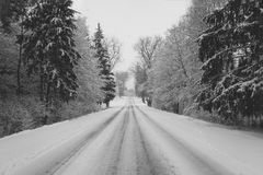Winterstraße zum Haus stockfoto