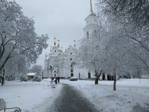Winterstraße zur Kirche in Poltava stockfoto