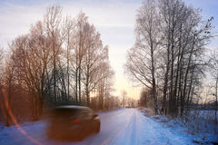Winterstraße mit Auto Stockfotografie