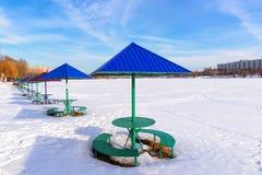 Winterstrand mit einem Strandschirm Lizenzfreie Stockfotografie
