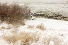 Wintersturm auf dem Strand Schwarzen Meers von Pomorie, Bulgarien Lizenzfreie Stockfotos