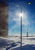 Wintersturm in der Stadt am sonnigen Tag Lizenzfreie Stockfotografie