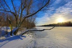 Winterszene auf Fluss Lizenzfreie Stockfotos