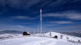 Winterszene in der Karpatenberg-, Fern- und rauenumwelt Lizenzfreie Stockbilder