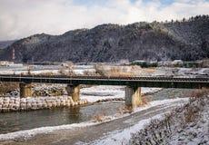 Winterszene - die Brücke und der Fluss in Takayama, Japan Stockbild