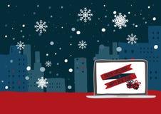 Winterszene mit den Schneeflocken, die über die Stadtdachspitzen belichtet mit Weihnachtslichtern fallen Stockbild