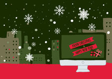 Winterszene mit den Schneeflocken, die über die Stadtdachspitzen belichtet mit Weihnachtslichtern fallen Lizenzfreies Stockbild