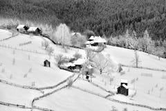 Winterszene in Rumänien, schöne Landschaft von wilden Karpatenbergen Lizenzfreies Stockfoto