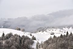 Winterszene in Rumänien, schöne Landschaft von wilden Karpatenbergen Stockfotos