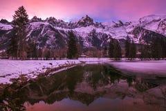 Winterszene von Mont Blanc und von französischen Alpen auf einem rosa Tagesanbruch lizenzfreie stockfotos
