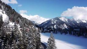 Wintertag mit schneebedeckter Landschaft in der Schweiz stock footage