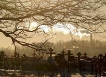 Wintertag am russischen Kirchhof Stockbilder