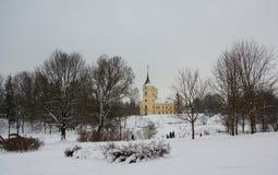 Wintertag und Festung im Park Mariental in Pavlovsk Lizenzfreies Stockfoto