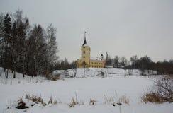 Wintertag und Festung im Park Mariental in Pavlovsk Lizenzfreies Stockbild