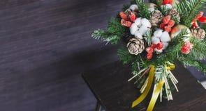 Wintertannenzweigblumenstrauß, Weihnachtsbälle und Trockenblumen, Fahne lizenzfreie stockfotos