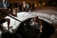 Wintertaufe im See Stockfotografie