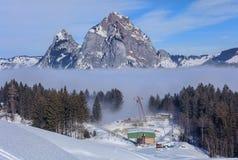 Wintertijdmening in het dorp van Stoos, Zwitserland Stock Afbeeldingen