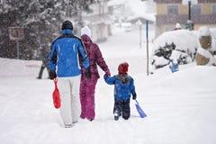 Счастливая семья, идя вне wintertime, который нужно сползти Стоковые Изображения