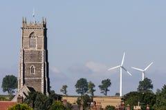 WINTERTON-ON-SEA, NORFOLK/UK - 4 AGOSTO: Nuovi mulini a vento e vecchio Fotografia Stock Libera da Diritti