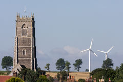 WINTERTON-ON-SEA, NORFOLK/UK - 4 DE AGOSTO: Nuevos molinoes de viento y viejo Foto de archivo libre de regalías