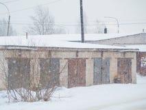 Wintertor-Autogaragen gemacht vom Ziegelstein Lizenzfreie Stockfotografie