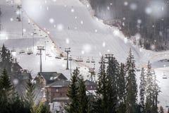 Wintertourismus in Osteuropa Moderner Skiaufzug auf einem Hintergrund des blauen Himmels Skiort ` Bukovel-`, Ukraine Winterschnee Lizenzfreie Stockbilder