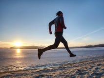 Wintertraining L?ufer in der Winterlandschaft mit blauem Himmel stockfoto