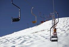 Winterurlaubsort und Sesselbahn stockbilder