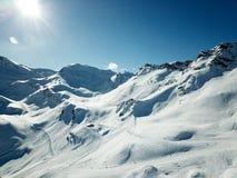 Winterurlaubsortbrummen schoss vom Piste und vom backcountry Bereich Lizenzfreie Stockfotografie
