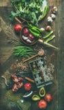 Wintervegetarier oder Lebensmittel des strengen Vegetariers, das Bestandteile, vertikale Zusammensetzung kocht lizenzfreie stockfotografie