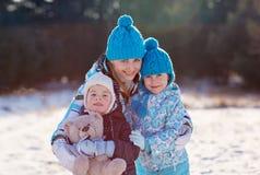 Winterwärme für die ganze Familie lizenzfreies stockbild