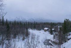 Winterwald in den Bergen, im Schneesturm, in den Schneefällen, im Romance, im Fluss und im Haus Lizenzfreie Stockfotografie