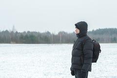 Winterwanderer, der schneebedeckter einfacher Walderstaunliche Landschaft betrachtet Stockbilder