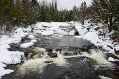 Winterwasserfälle auf schwarzem Fluss Lizenzfreie Stockbilder