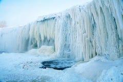 Winterwasserfall lizenzfreie stockfotos